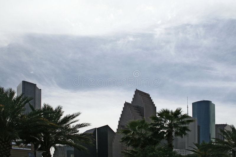 在云彩咆哮摩天大楼之后 免版税库存照片