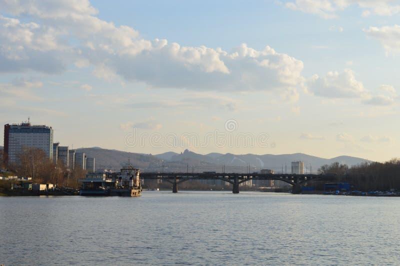 在云彩和水之间的西伯利亚城市 免版税库存照片