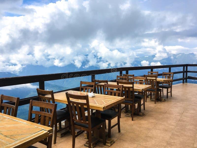 在云彩夏天山的咖啡馆 免版税图库摄影