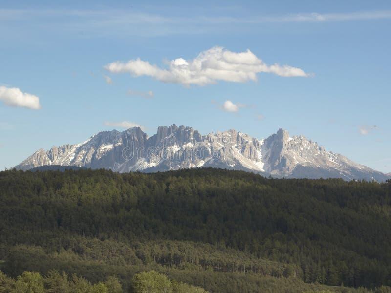 在云彩孤峰土坎之上 库存照片