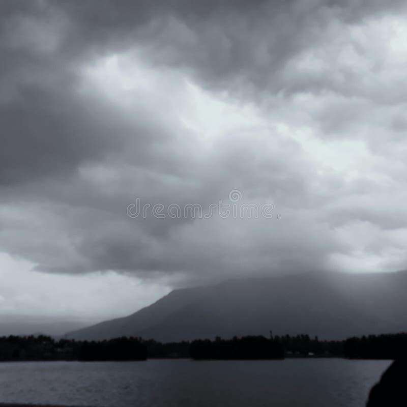 在云彩掩藏的山 库存图片