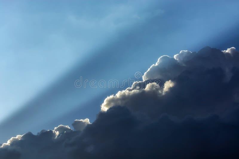 在云彩的光 免版税库存照片
