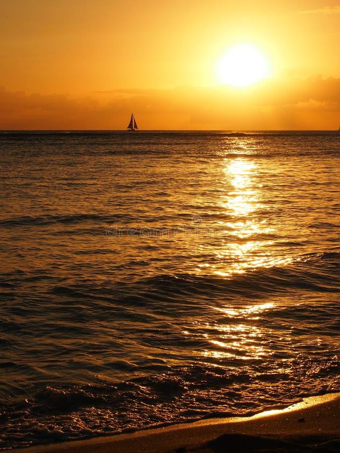 在云彩的剧烈的日落和反射在和平的oc 免版税库存照片
