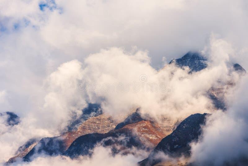 在云彩的山在阴暗晚上在尼泊尔 库存图片