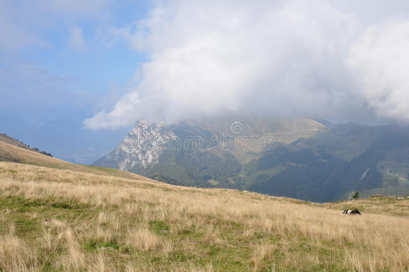 在云彩的山 库存照片