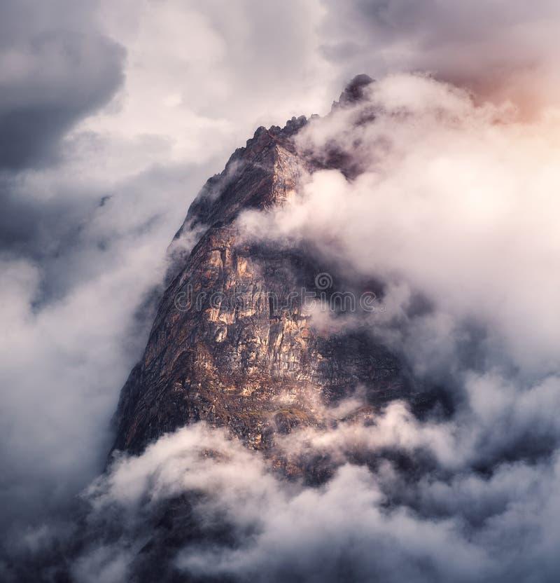 在云彩的庄严山在阴暗晚上 免版税库存照片