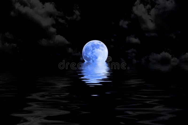 在云彩的深蓝满月与水反射 皇族释放例证