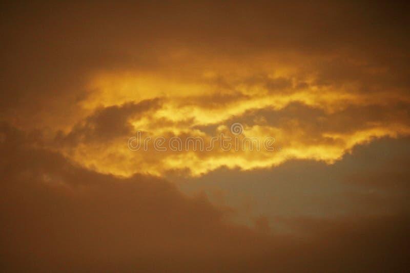 在云彩的灿烂光辉在日落 免版税库存图片