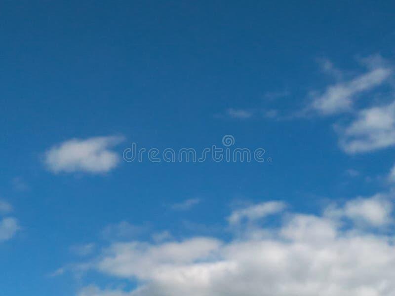 12 72 3000 03在云彩的蓝天 免版税库存照片