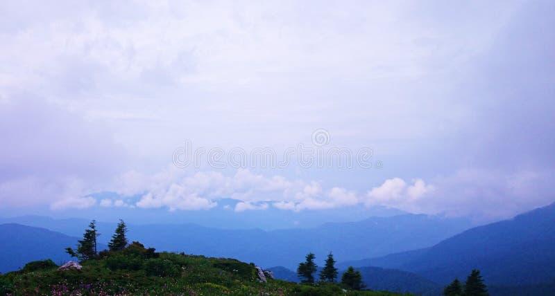 在云彩的蓝色山 库存照片