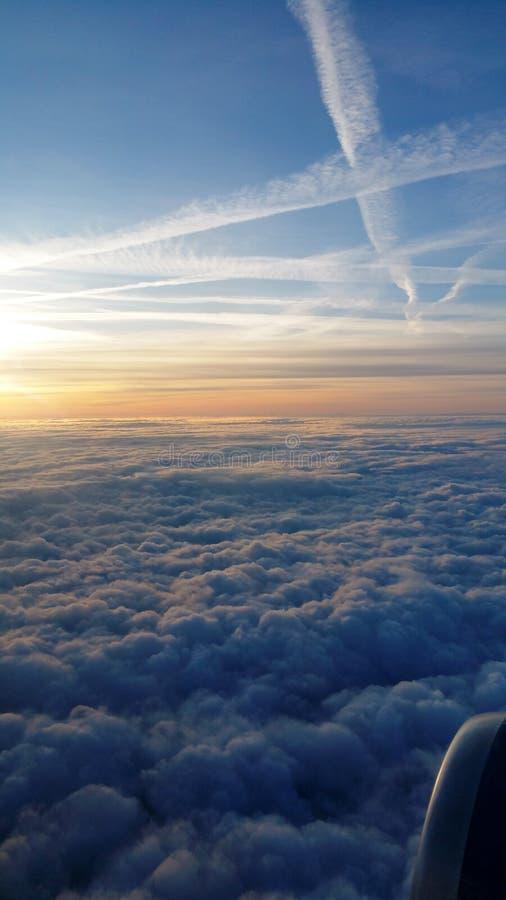 在云彩的飞行 库存图片