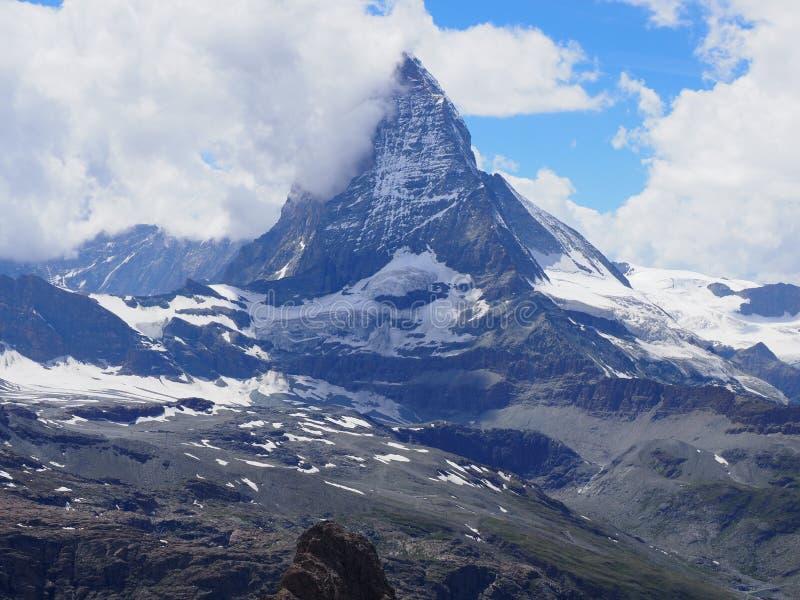 在云彩的马塔角峰顶和高山山脉在从Gornergrat看见的瑞士阿尔卑斯环境美化在瑞士 免版税库存图片