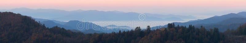 在云彩空白新发现的全景之上 库存图片