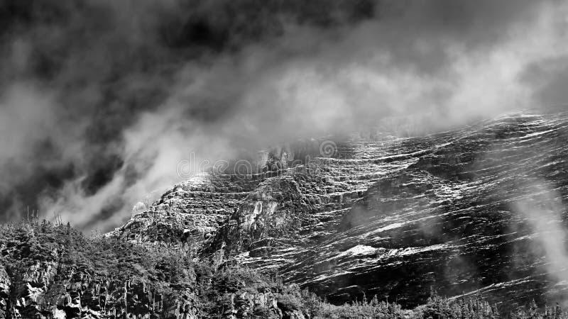 在云彩覆盖的山峰在蒙大拿 免版税库存照片