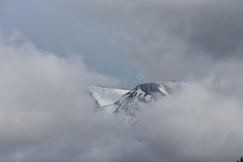 在云彩覆盖的山 图库摄影