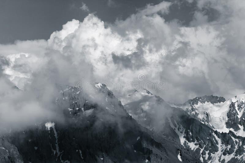 在云彩,瑞士的山峰 免版税库存图片