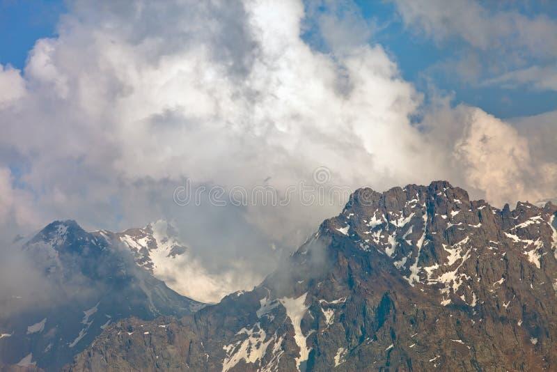 在云彩,瑞士的山峰 库存图片
