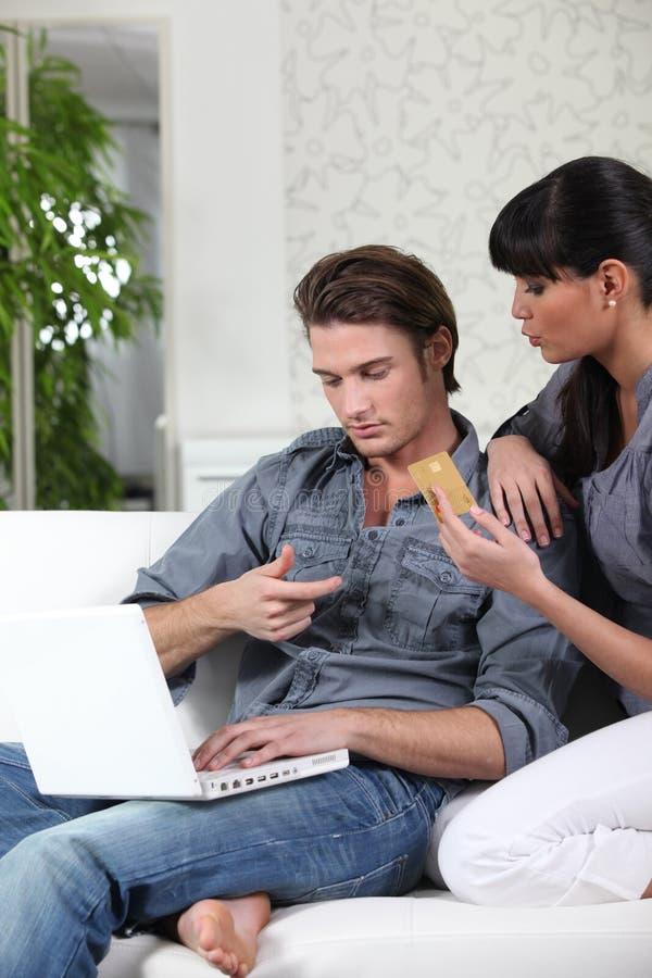 在互联网上的夫妇购物 免版税库存照片