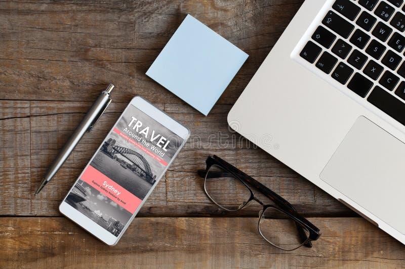 在互联网上的计划的旅行 免版税库存图片
