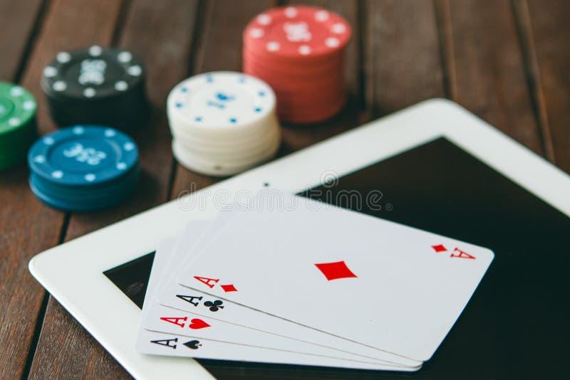 在互联网上的赌博的瘾 在网上打扑克的胜利金钱 图库摄影