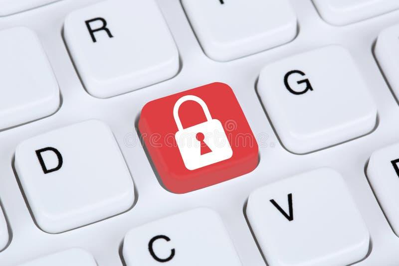 在互联网锁象的计算机安全 免版税库存图片