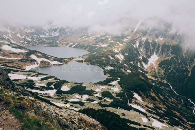 在五个湖塔特拉山脉国家公园,波兰Dolina Pieciu Stawow Polskich山谷的雾  库存图片