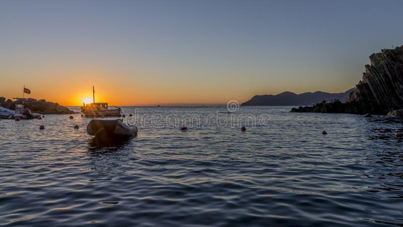 在五乡地海,拉斯佩齐亚,利古里亚,意大利的壮丽落日 图库摄影