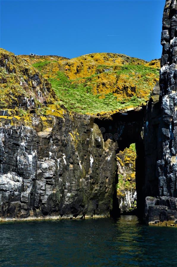 在五月岛的岩石曲拱 免版税库存图片