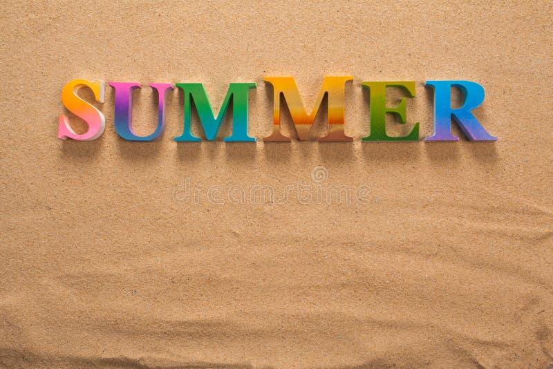 在五颜六色的信件中写道的夏天 免版税图库摄影