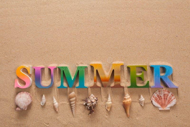 在五颜六色的信件中写道的夏天 免版税库存照片