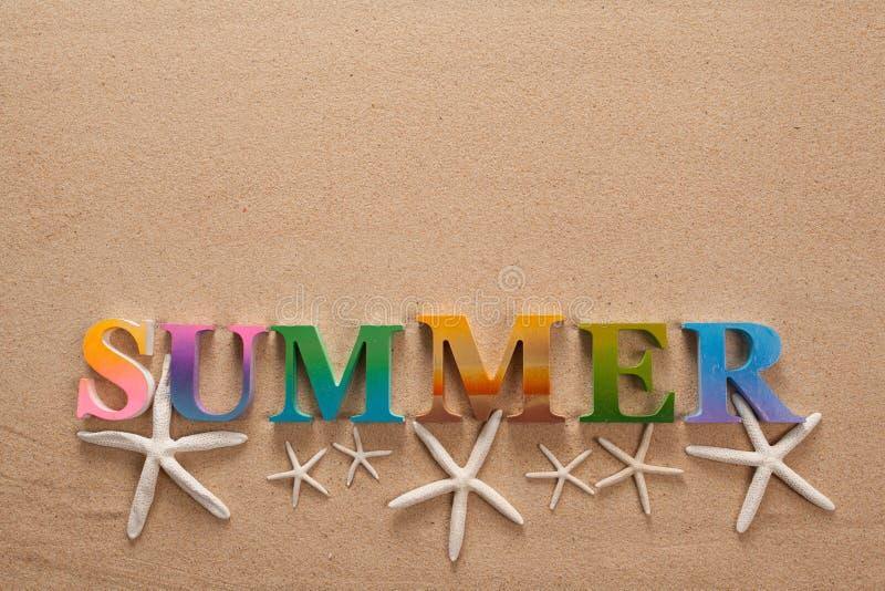 在五颜六色的信件中写道的夏天 免版税库存图片