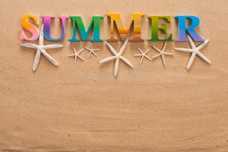 在五颜六色的信件中写道的夏天 库存图片
