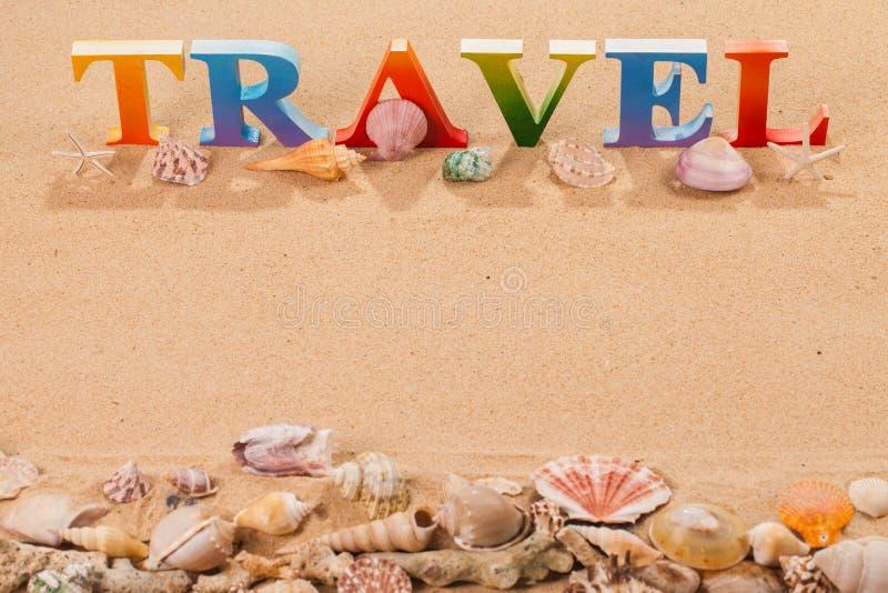 在五颜六色的信件中写道的旅行 库存照片