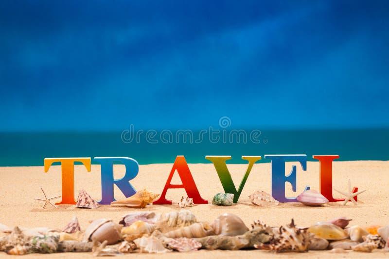 在五颜六色的信件中写道的旅行 免版税库存照片