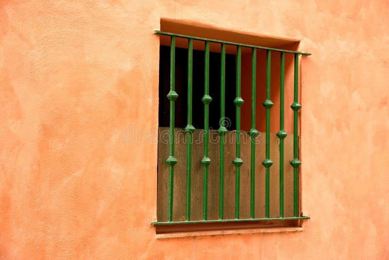 在五颜六色的墙壁上的窗口 库存照片