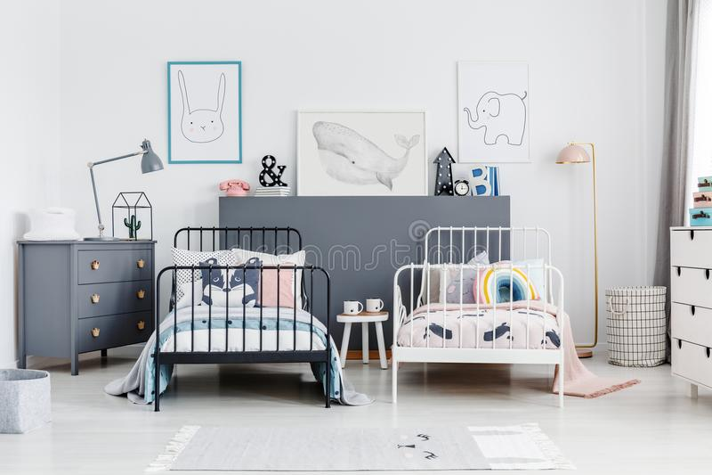 在五颜六色的孩子卧室内部的黑白床与岗位 图库摄影