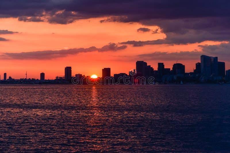 在五颜六色的日落联合国Torornto,加拿大的都市风景 免版税库存图片