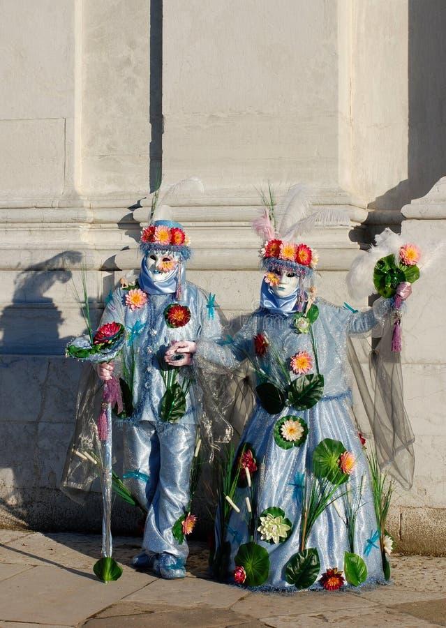 在五颜六色的服装和面具,威尼斯式狂欢节的美好的夫妇 免版税库存照片