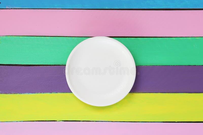 在五颜六色的木桌上的空的板材 库存图片