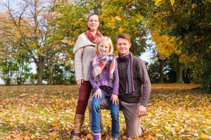 在五颜六色的树前面的家庭秋天或秋天 库存照片
