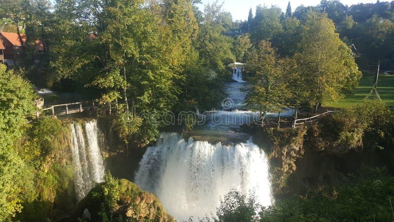 在五颜六色的树和岩石之间的美妙的瀑布在Rastoke克罗地亚 图库摄影