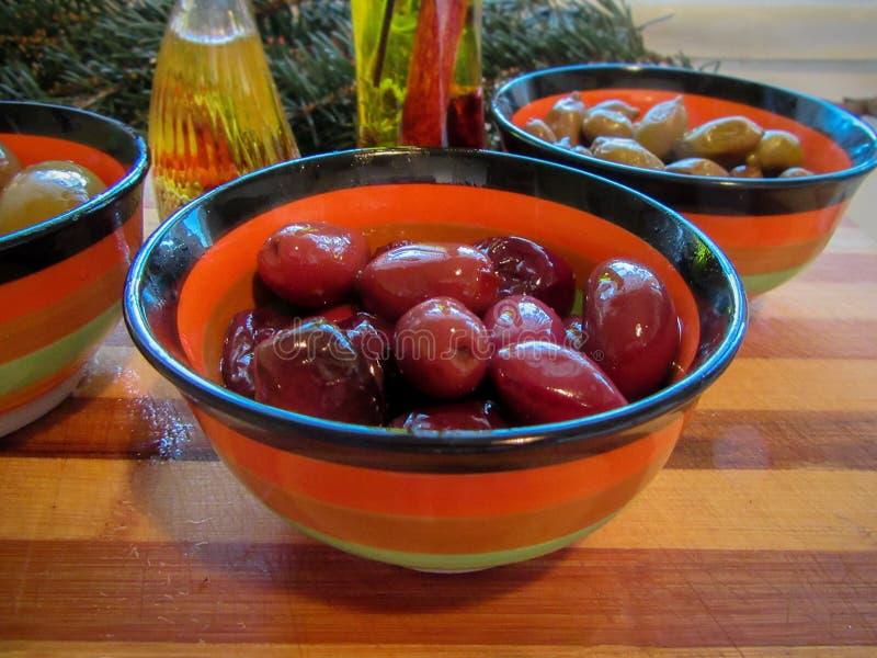 在五颜六色的碗的希腊橄榄 免版税库存照片
