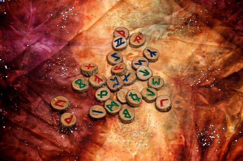 在五颜六色的神秘的布料的木北欧海盗诗歌 免版税库存照片