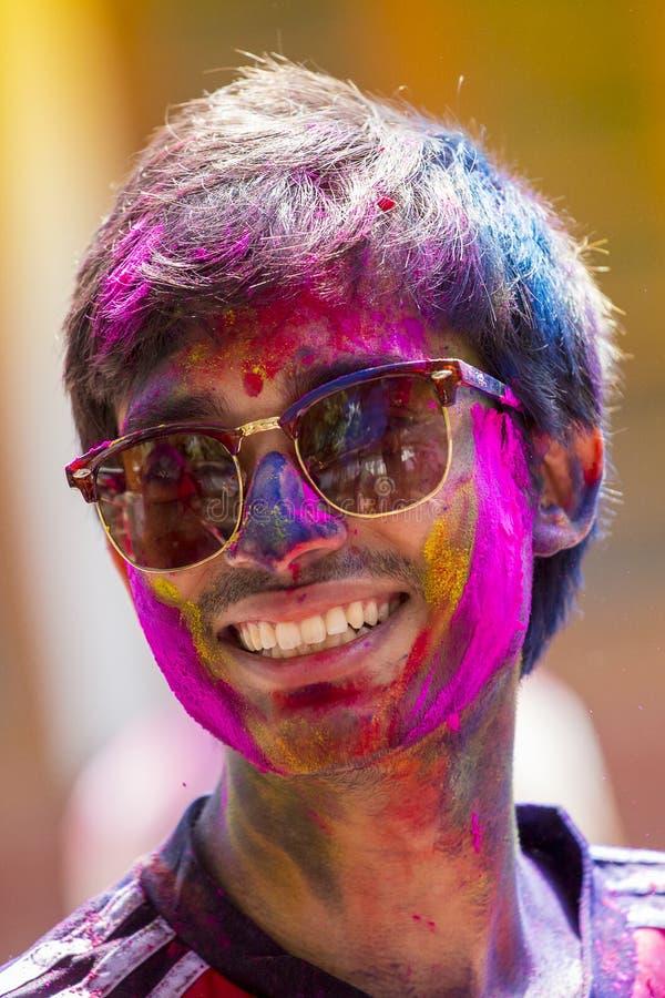 在五颜六色的粉末盖的人们在Dhakah洗染庆祝Holi印度节日在孟加拉国 图库摄影