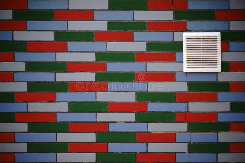 在五颜六色的粉煤渣门面的透气格栅 库存照片
