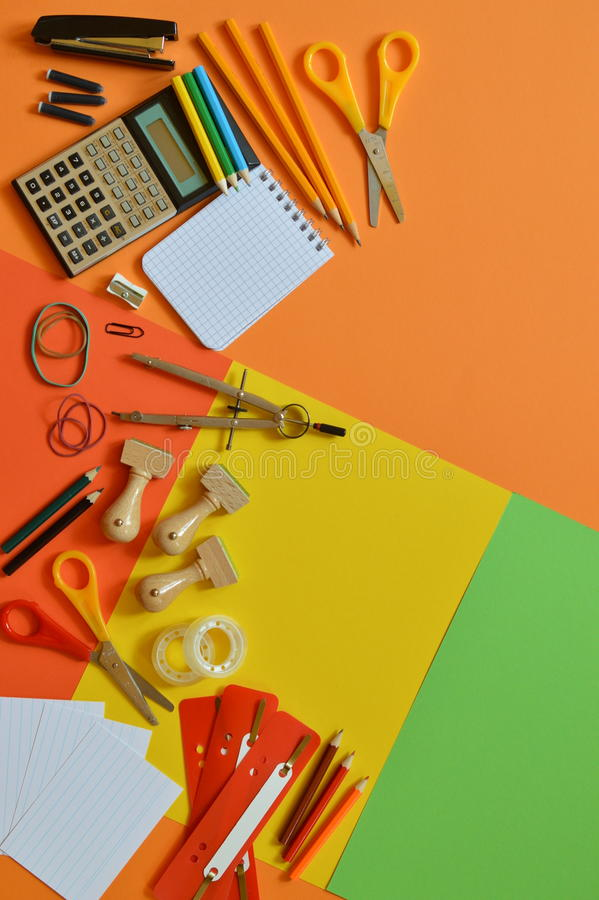 在五颜六色的纸板的学校用品作为边界 免版税库存照片
