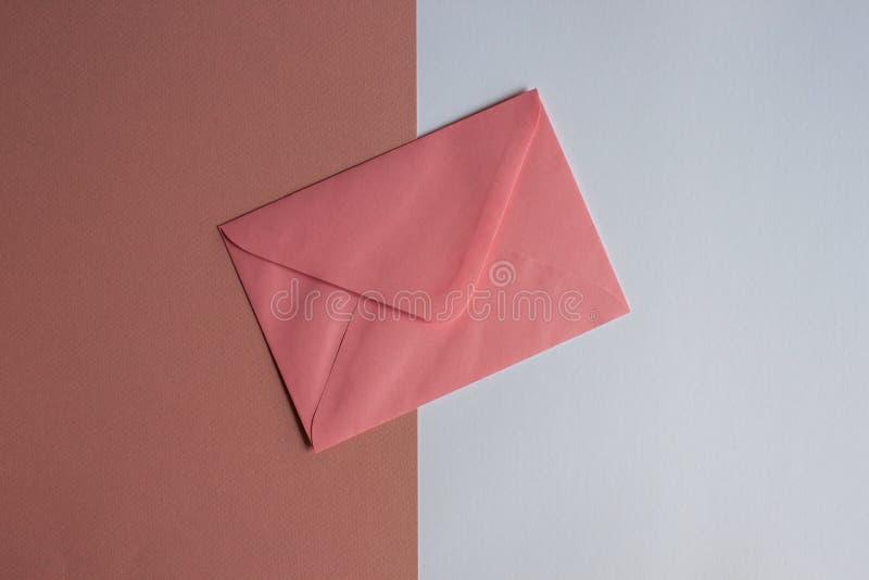 在五颜六色的背景的桃红色信封 免版税库存图片