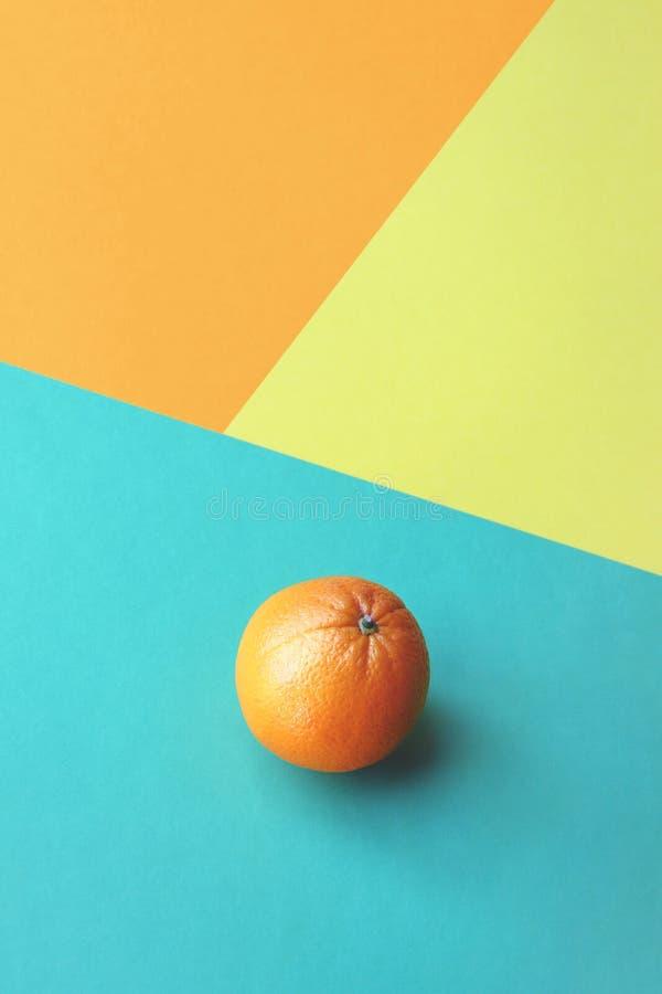 在五颜六色的背景的桔子 拷贝的室 免版税库存图片