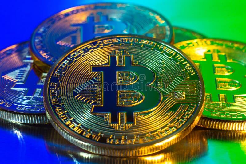 在五颜六色的背景的Cryptocurrency物理金黄bitcoin硬币 库存图片