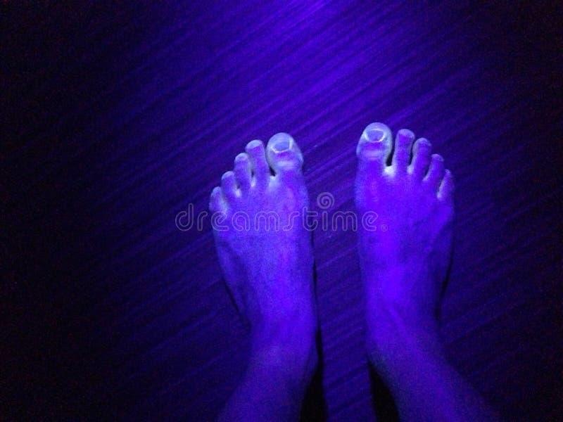 在五颜六色的脚的黑光 免版税库存照片